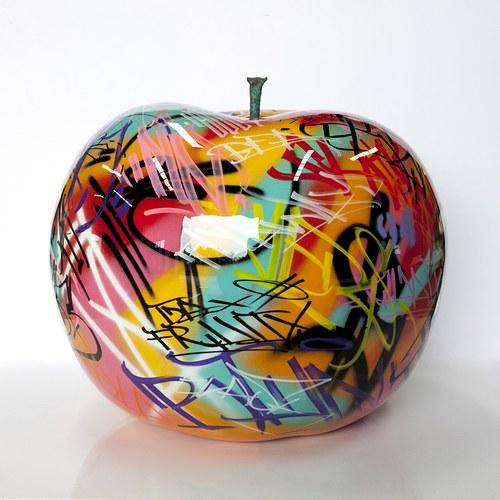 德國BULL&STEIN 塗鴉釉光蘋果戶外雕塑 (直徑95公分)